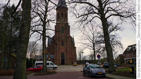 В конце улицы католическая церковь