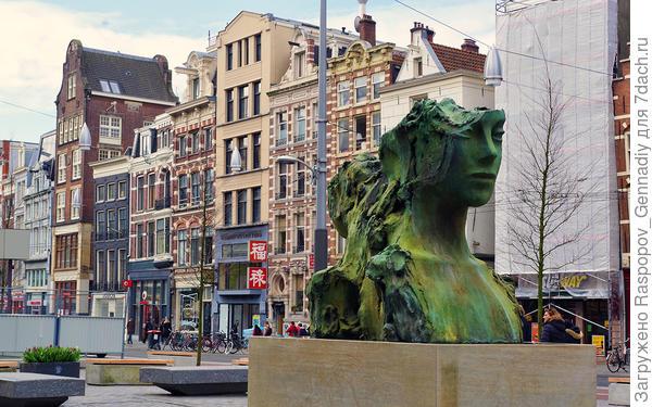 Памятник женской голове