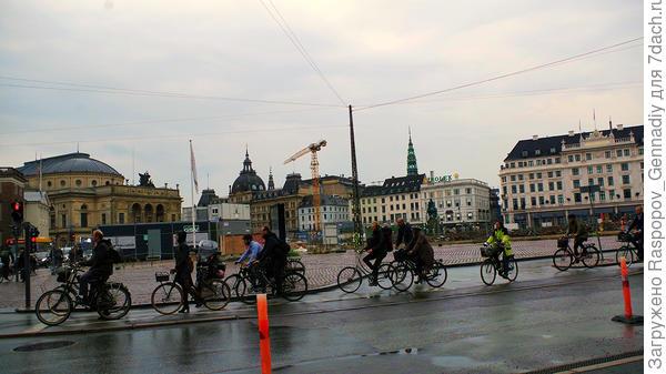 Утром туристов нет, местные все на велосипедах