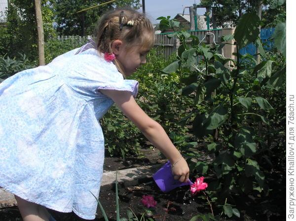 Наиля поливает цветы
