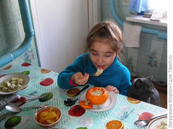 А это блюдо из тыквы Улыбка и уплетающая её внучка Наиля, а слюнки глотает кот Молоток..