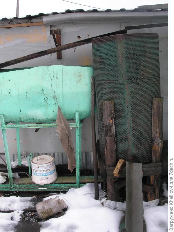 Емкости около крыши гаража и сарая собирают дождевую воду.