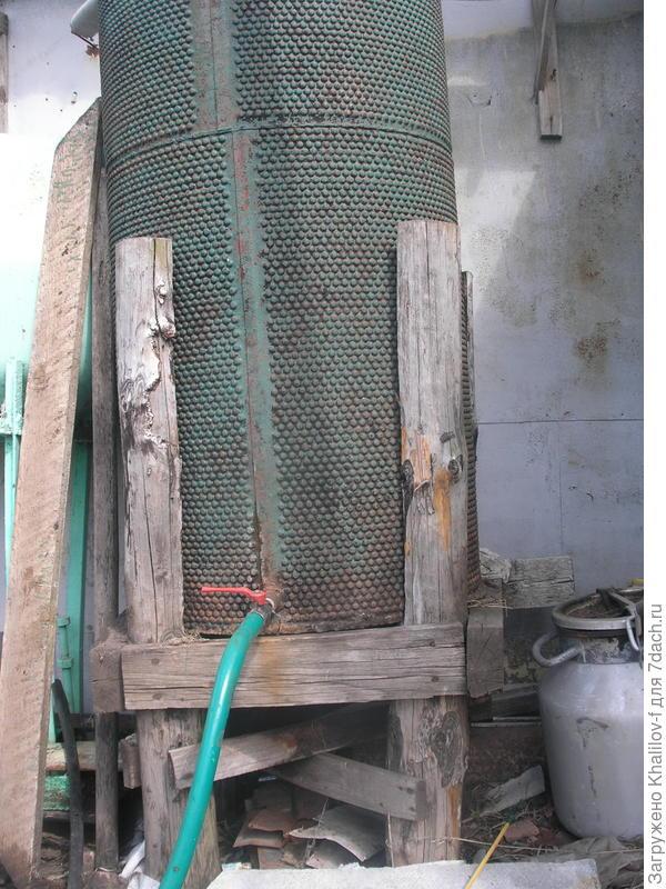 Вот высокая емкость бывший барабан треера, собирает воду с крыши гаража.