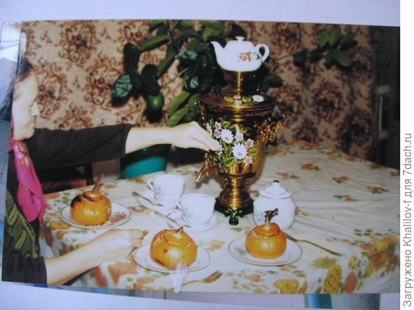 На столе самовар и угощение из фаршированной тыквы Улыбка.