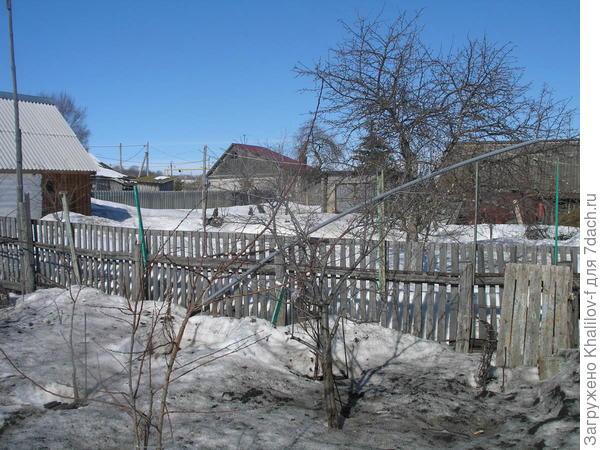В саду за забором еще земля покажется не скоро.