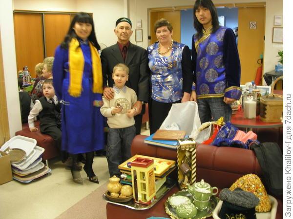 Чак-чак для Якубовича , на заднем плане игроки нашей тройки и со мной мой внук Артём.