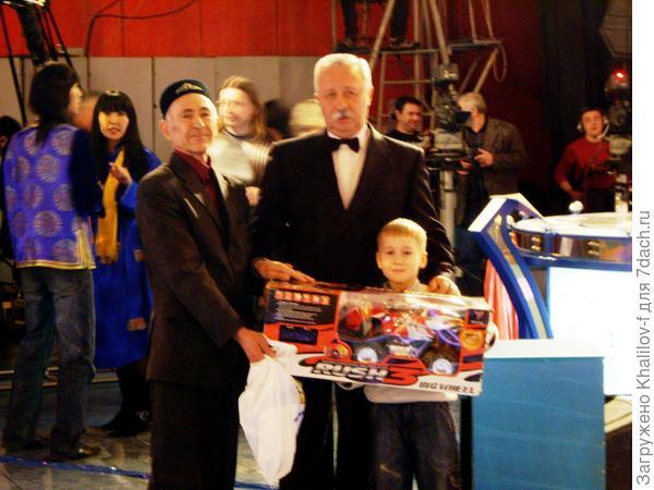 И Москва для нас рядом! Снимок на память со внуком.