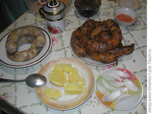 Домашняя колбаса варёная (слева), из духовки (справа).