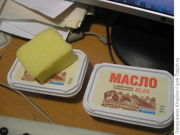 Сыр домашний. Упаковка из под масла, это форма для сыра.