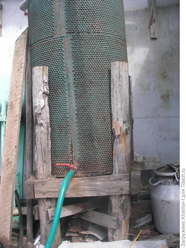 300 литровая бочка поднята на подставку.