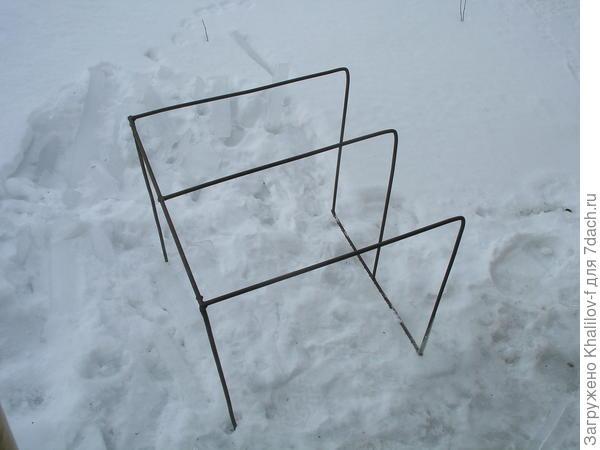 Общий вид на снегу. Именно так он и стоит на плите. Где нижняя планка , к стене.