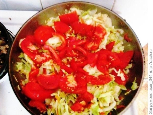 Добавляем крупно порезанные томаты