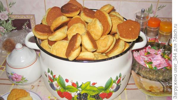 Вот такая семи литровая кастрюля печенья получается из трёх стаканов рассола