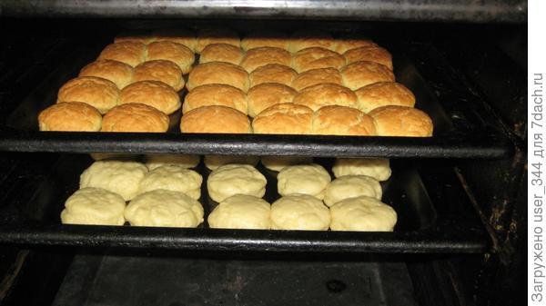 Выпекаем при температуре 220 градусов. Печенье получается вкусное, воздушное за счёт увеличения в объёме.