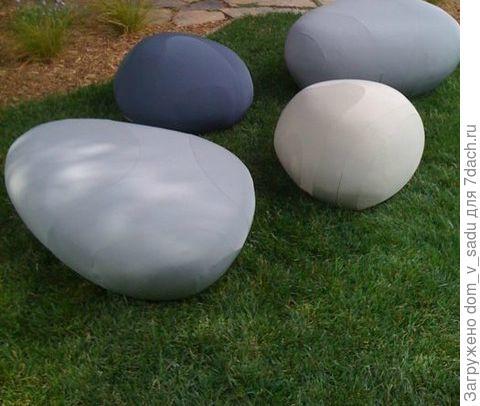 """""""Камни"""" на лужайке"""