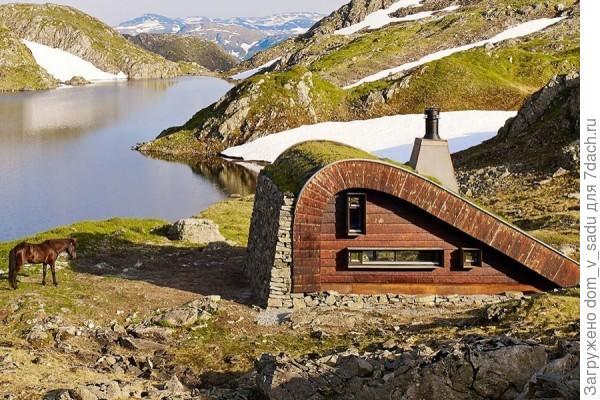 Дом с наклонной крышей