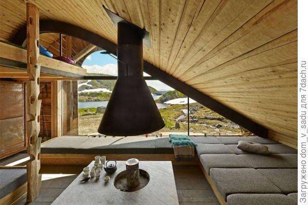 Просторная гостиная с невероятно красивым окном