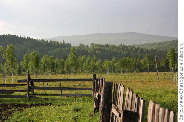 в окружении гор и лесов