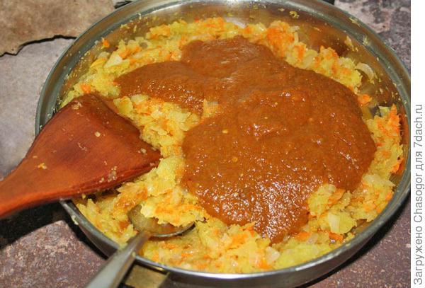 варка кабачковой икры с томатным соусом