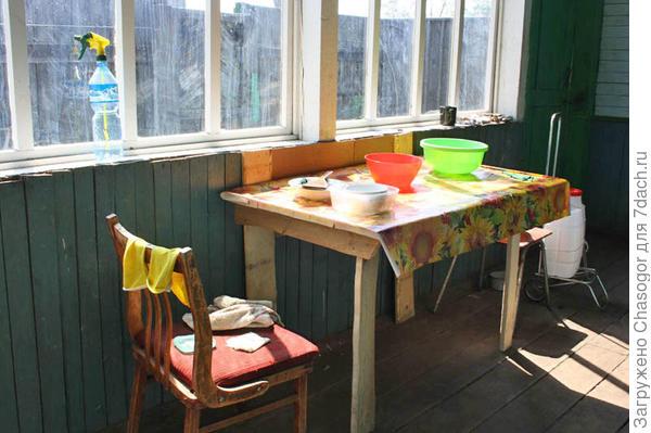 стол на веранде