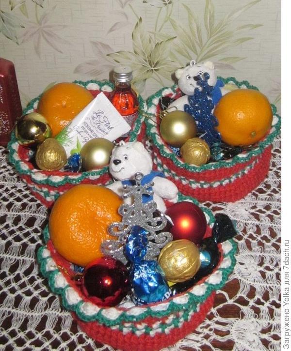 В каждой корзинке - конфеты, игрушки, мандаринка и золочёные орехи. Ну, и ещё - по мелочи...