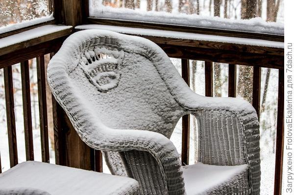 Плетеное кресло в снегу. Фото с сайта evhayat.com
