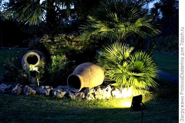 Пример использования прожектора в саду. Фото с сайта lux-dekor.ru