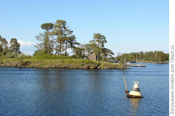 Расположенный в северной части Ладожского озера, в 22 км от материка, Валаамский архипелаг насчитывает около 50 островов общей площадью 36 кв. км, самый крупный из них - остров Валаам (27,8 кв. км.), рядом с ним расположены о. Скитский, о. Предтеченский, о. Емельяновский и еще множество малых островов. Расстояние до ближайшего карельского города Сортавала (старое название Сердоболь) - 42 км, до Приозерска - около 60 км, до Санкт-Петербурга - более 220 км.