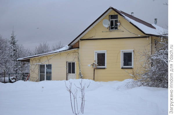 справа от окна - домик для синиц-шмелей))