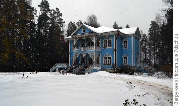 Первый экскурсионный объект - голубой дом.