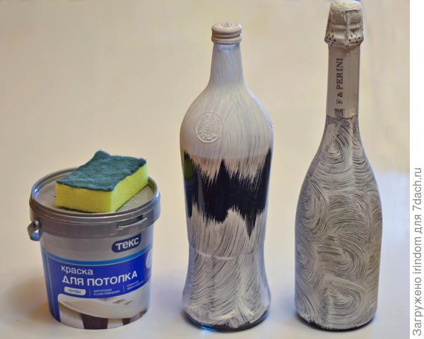 Водоэмульсионную краску, с помощью кухонной губки, нанесла на бытылки