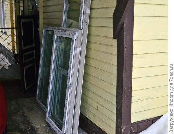 Три окна и дверь