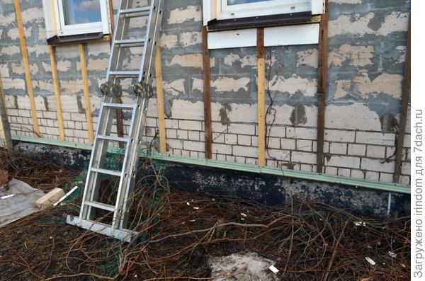 В первых числах апреля, как только растаял снег, сняли сайдинг с фасада