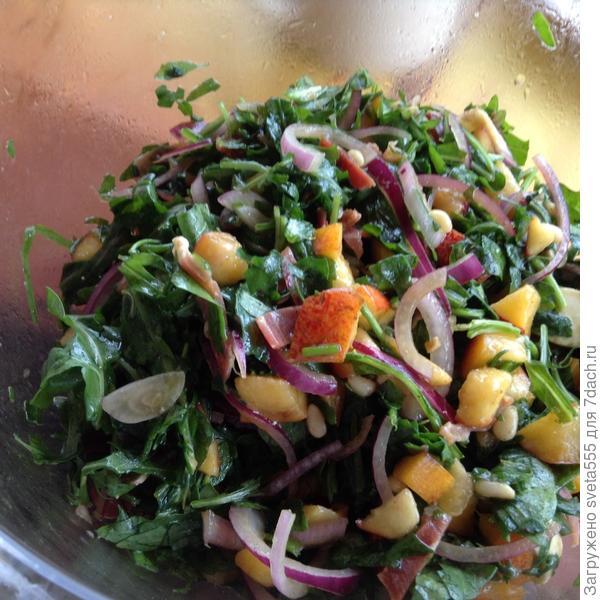 Салат с руколой и персиками
