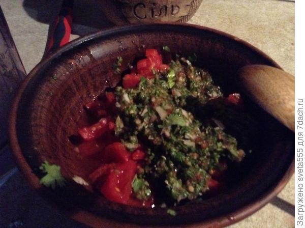 Измельченные помидоры, кинза, чеснок