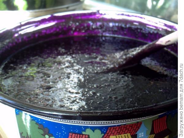 Варенье изСанберрии делают так:на 7 кг перекрученных на мясорубке зрелых ягод -5 кг сахара,тщательно перемешать,добавить прокрученный на мясорубке лимон и варить до кипения.Настаивать сутки,разложить по прошпаренным банкам.Хронить в погребе.Варенье супер !Как лекарство есть по 2-3 чайные ложки утром.Но я всегда слизывала побольше ))))Очень вкусно )))) Стабильно снизилось давление!!!!В этом году опять сварю :))Да.Ягоды созрели когда становятся как резиновые мячики при сжимании .Ягоды дозревают,как помидоры.Удачи :)))