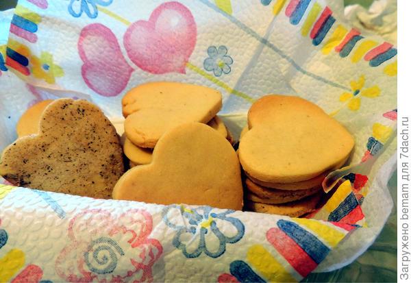 Коробочку с вкусными печеньками получили дети.
