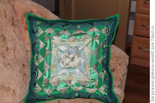 подушка в зеленых тонах
