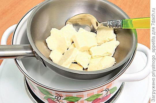 Шоколад поломать кусочками и растопить на водяной бане. Фото: Burda Media