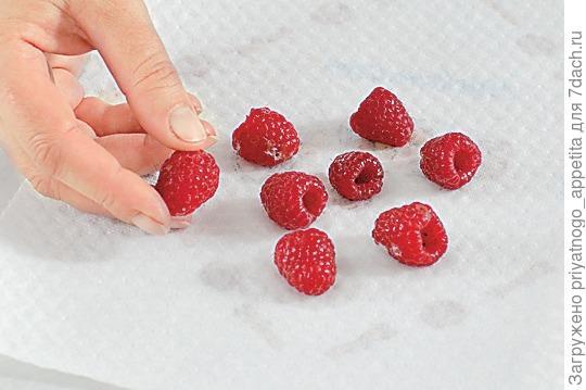 Перед украшением торта ягоды вымыть и обсушить на бумажном полотенце. Фото: Burda Media