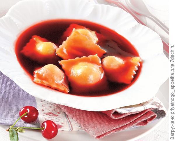 Сладкий вишневый суп с равиолями