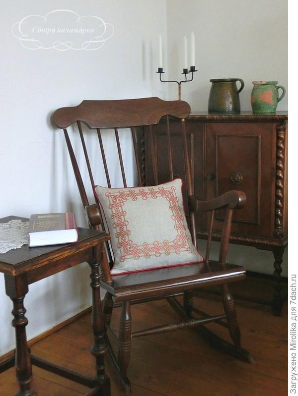 вышитая подушка для мужа, для его уюта в кресле