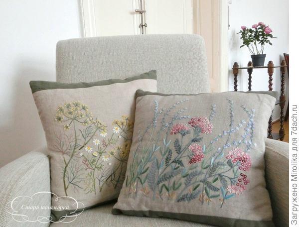 Подушки с вышитыми цветами и травами