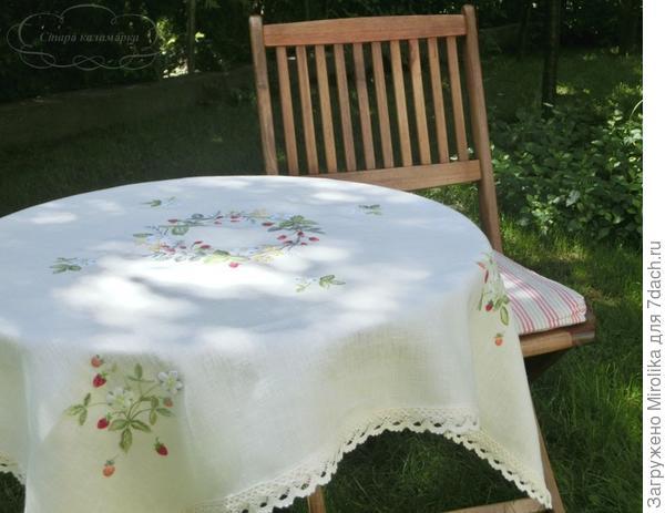 Скатерть вышитая гладью и декоративными швами постоянная спутница наших ужинов в саду