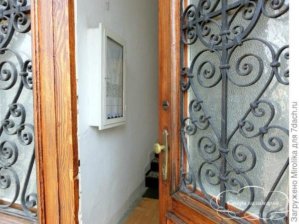 Первое, что видишь, открывая дверь в дом - ящик с электрическим счетчиком