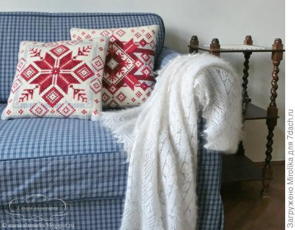 Подушки вышиты крестиком. Украшают диван в гостинной