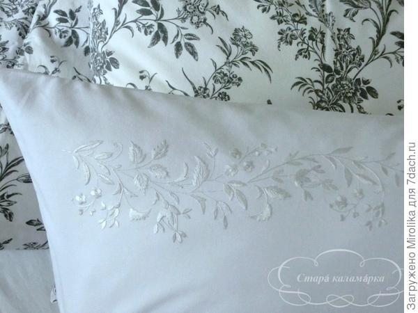 Подушка вышита белым шелком