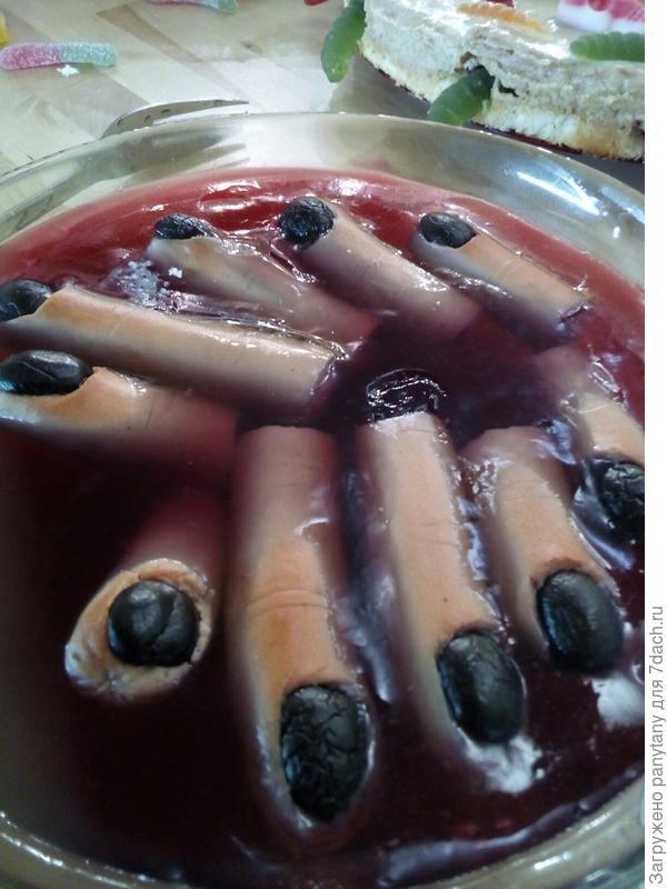 пальцы из сосисок с маслинами в томатном соусе