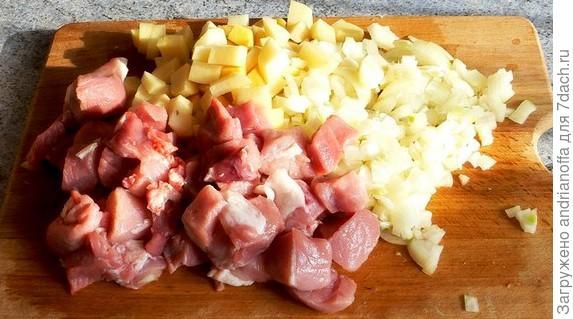 Нарезанные кубиком мяясо, картофель, лук
