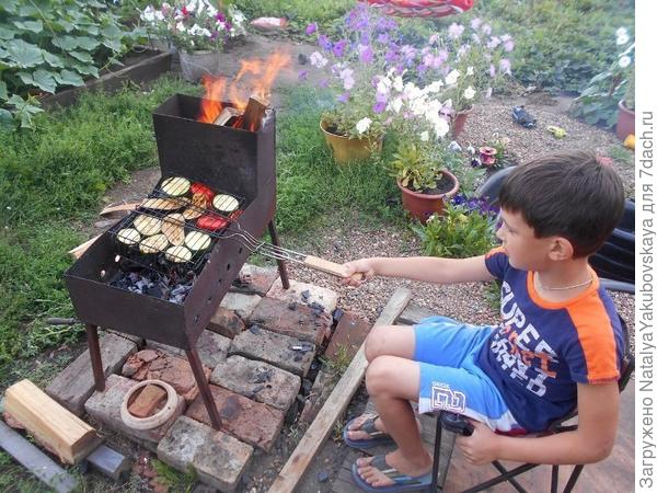 Матвей жарит овощи